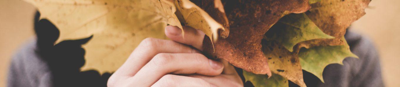 Frau hinter Blättern