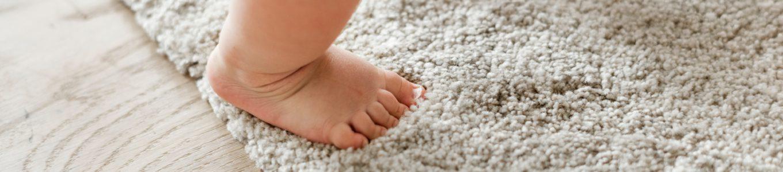 Füße auf Teppich