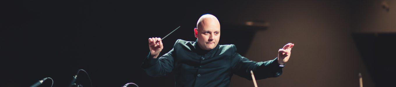Dirigent auf der Bühne