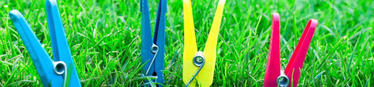 Wäscheklammern im Gras