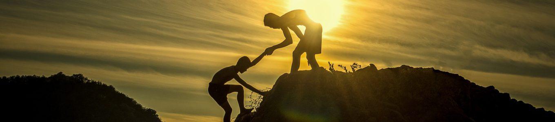 Kinder helfen sich den Berg hoch